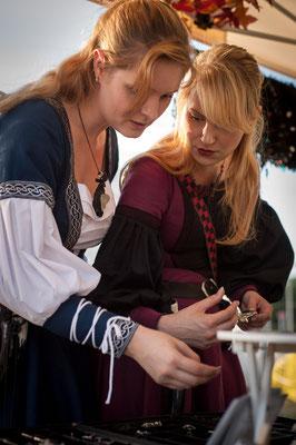 Vanadis und Lillyfee Cosplay shoppen am Stand von Bloody Brilliants, Foto CN Foto