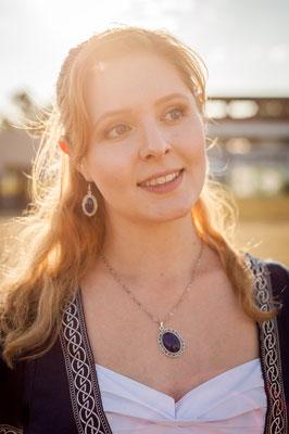 Foto/Edit: C.N. Foto Model/Styling: Vanadis Schmuck: Bloody Brilliants, Set aus Anhängern und Ohrringen in silber blau