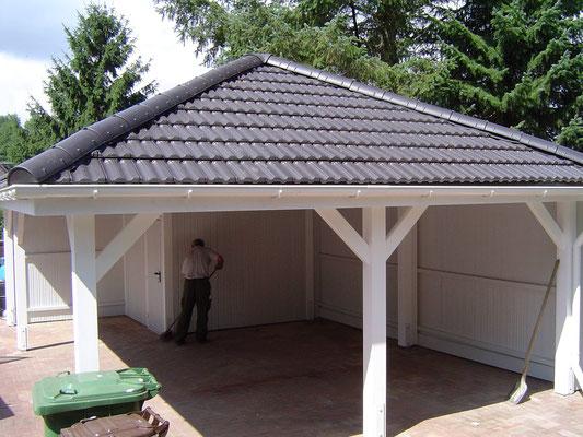 Beispiel-Nr. RHO-5.2   RHÖN Walmdach mit anthrazitfarbigen Dachziegeln.  Kammer ca. 5,5m² groß, Rückwand als Extra.