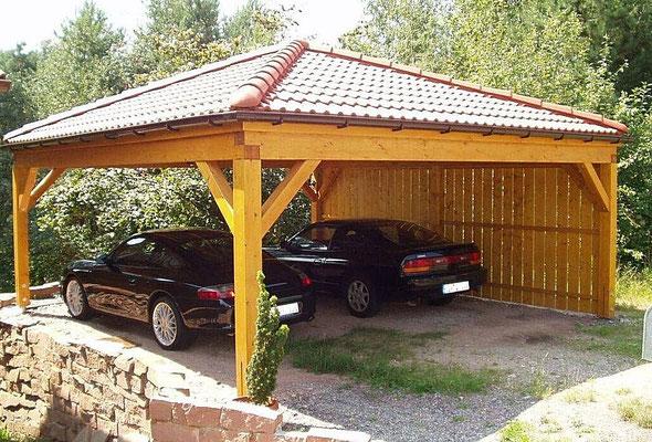 Beispiel-Nr. RHO-3 .2   Hier sehen Sie das Carportmodell RHÖN als Zeltdach fertig aufgebaut. Die Kundenfahrzeuge parken bereits ein und  freuen sich über den neuen, von Wind und Wetter geschützten Einstellplatz.