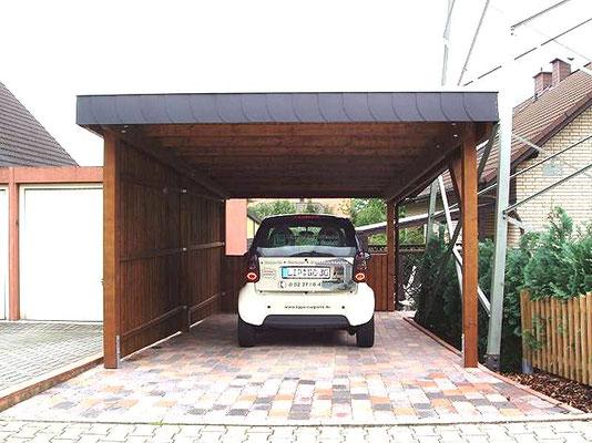 Beispiel-Nr. BR-15   BREMEN Einzelcarport mit Flachdach, Brüstungsgeländer an der Rückseite als Absturz-Schutz