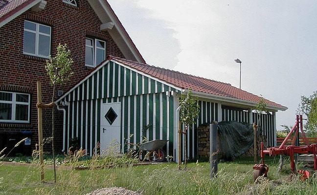 Beispiel-Nr. MST-10.3    Viel Platz für 2-Rad, Gartengeräte etc. bietet die große, untergebaute Gerätekammer. Die Wände sind bis oben geschlossen.