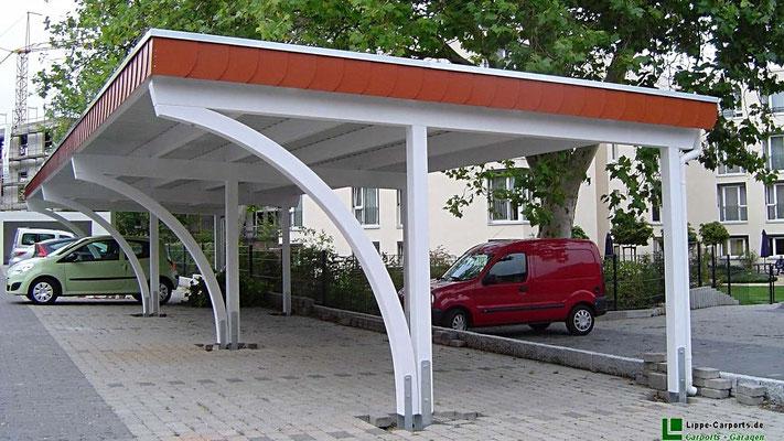 Beispiel Nr. SORC5.2   Die Carport Sondermodell Baureihe MONZA zeichnet sich durch die verbauten Leimholz-Bogenpfosten aus. Dadurch wird bei engen Platzverhältnissen das Einparken enorm erleichtert