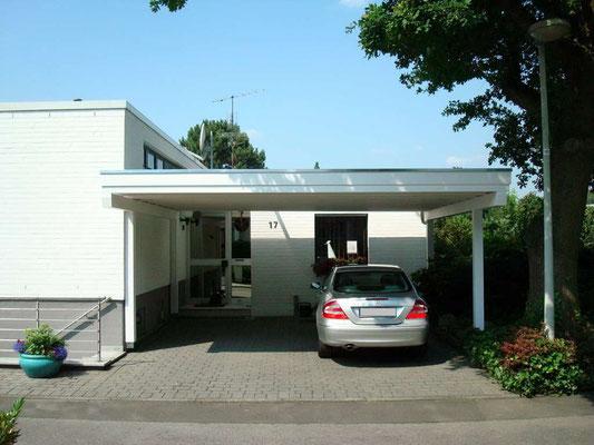 Beispiel-Nr. M-22   MÜNCHEN Doppelcarport an einem Bungalow im Raum Köln. Die Anlage steht auf nur 4 Pfosten.