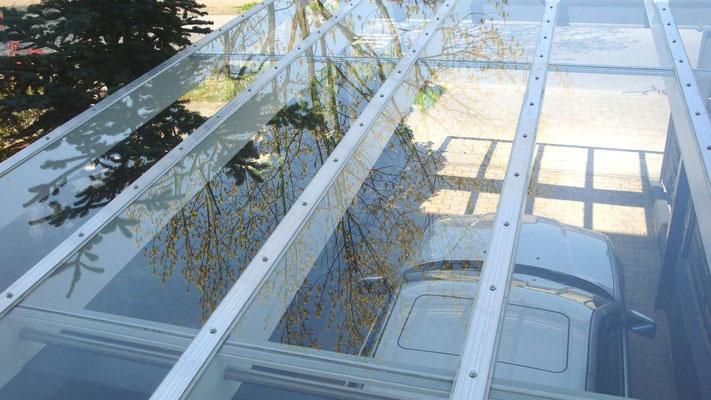 Beispiel Nr. GD6.2   Ansicht auf das Glasdach. VSG Glas besteht aus 2 Schichten, die durch eine Folie mittig verbunden sind. So können sich im Falle eines Schadens keine Splitter lösen und herabfallen.