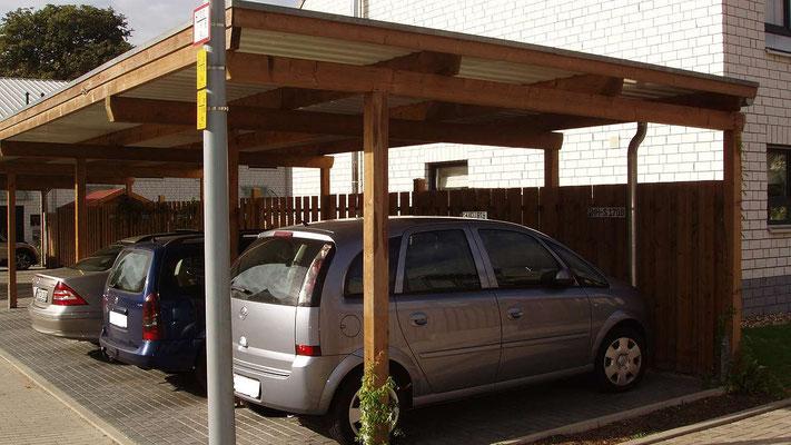 Beispiel Nr. SORC37  Reihencarport erfreuen sich in größeren Wohnanlagen immer größerer Beliebtheit und dienen heute wegen der beengten Platzverhältnisse als Ersatz für die massiven Garagengebäude.