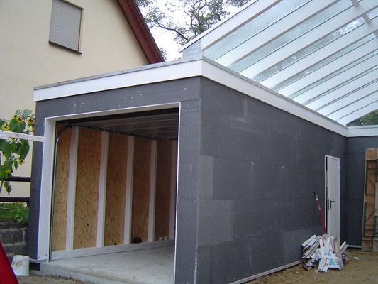 Beispiel-Nr. GD 41.2    Auch die Garage ist aus unserem Massivholz-Garagenprogramm Variofix. Hier mit Putzvorbereitung.