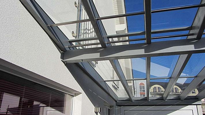 Beispiel Nr. GD15.3   Detail Dach Leimbinderkonstruktion mit VSG 8mm Sicherheitsglas bei diesem LIPPE-Carport aus der VERONA Serie.