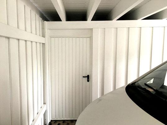 Beispiel-Nr. SORC61   Nebeneingangstür mit verzugsfreiem Stahlrahmen zur Garagen-Box im überdachten Carport-Bereich