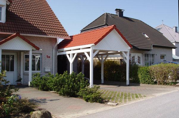 Beispiel-Nr. MST-15   Giebeldach-Carport MÜNSTER, hart an der Nachbargrenze gebaut, daher keinerlei Dachübersände seitlich.