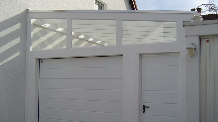 Beispiel Nr. GD2.4 Glasdach-Carport mit verglastem Giebeldreieck über dem Sektionaltor mit Großsicke,  ansichtsgleiche Nebentür isoliert. Weißgrundierung.