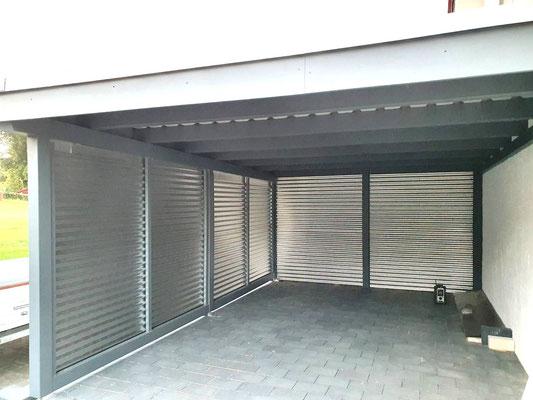 Beispiel-Nr. WA-26.3    Wandcarport KÖLN mit Sonderbreite. Behindertengerecht. Wandelemente mit naturbelassenen Aluminium-Wellplatten.