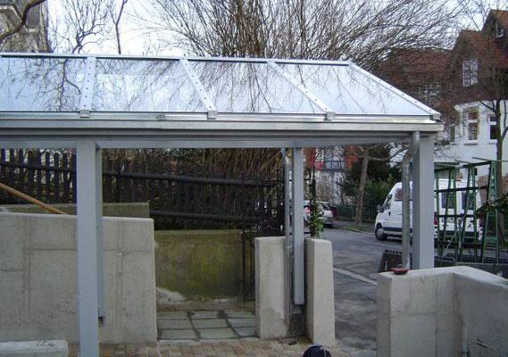 Beispiel-Nr. GD 38.3  Glasdachcarport, eingepaßt in Betonmauern