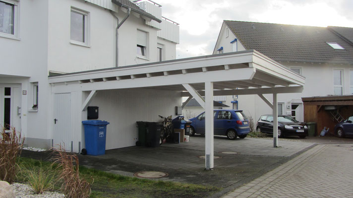 Beispiel-Nr. MGR-10   MÜNCHEN-GR Doppelcarport hier in weiß, großer Dachüberstand vorn. Bis zur Gerätekammer kein weiter Pfosten