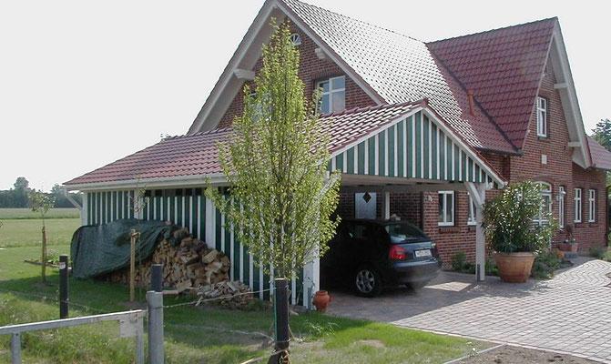 Beispiel-Nr. MST-10.2     Die Gestaltung und Ausführung der Carportanlage leht sich an den Baustil des Wohnhauses an.