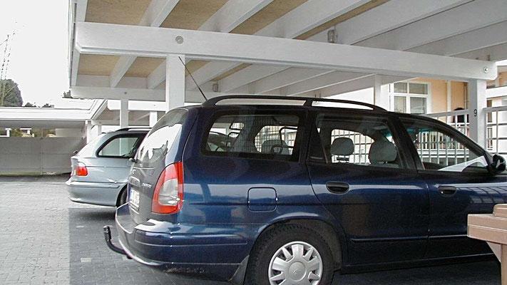Beispiel Nr. SORC8.2   Stabile Leimbinder tragen das 8m überspannende Carportdach.