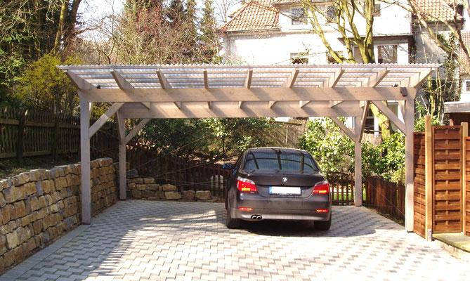 Beispiel-Nr. M-13.2    MÜNCHEN-Doppelcarport, Farbgebung mit Lasur SILBERGRAU. Transparentdach-Eindeckung mit milchigen Trapez-Platten