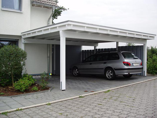 Beispiel-Nr. MGR-31     Doppelcarport-Anlage MÜNCHEN-GR mit hintergebauter 1/2 Gerätekammer im Raum Dortmund.. Sonderblende mit Zierköpfen und Bi-Color Farbgebung als Extras.