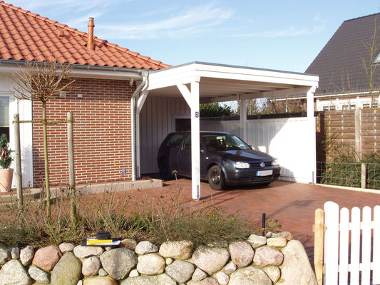 Beispiel-Nr. BR-5  BREMEN Carport passgenau an den Dachüberstand des Bungalows montiert- Weißgrundierung und Sichtschutzwand.