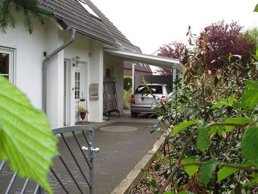 Beispiel-Nr. LDS-11   Schrägdach-Carport an einem Einfamlilienhaus in Lippe.