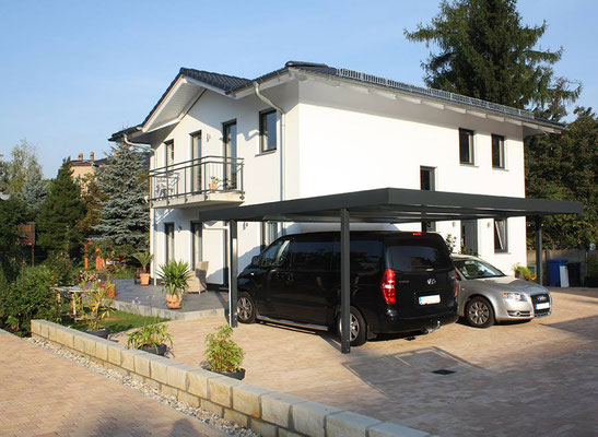 """Beispiel-Nr. ST-H   Design-Doppelcarport in schlichter Ausführung ohne Wände an dieser Villa. So bleibt die freie Sicht auf das Wohnhaus  erhalten. Dieses Carport wirkt keinesfalls """"störend""""."""