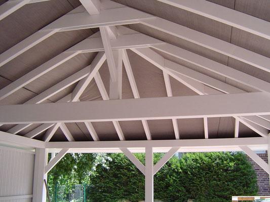 Beispiel-Nr. RHO-5.4    RHÖN-Walmdachcarport Detailansicht Dachstuhl. Hier mit grauer DELTAMAXX-Unterspannbahn. Vertäfelung gegen Mehrpreis auf Anfrage möglich.
