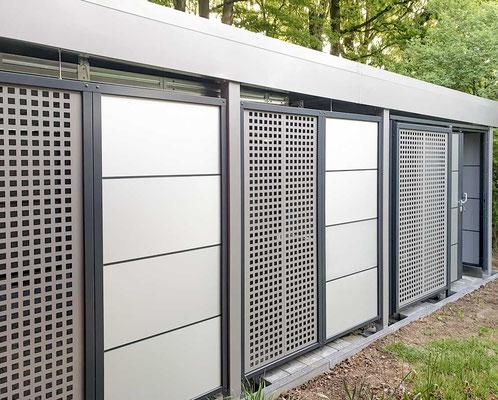 Beispiel-Nr. ST-A12   Beispiel-Foto kombinierte Sichtschutzwände TRESPA mit Alufugenprofil und Stahlpaneele mit Qudratlochung. Hier Sonderfarbe RAL nach Wunsch.