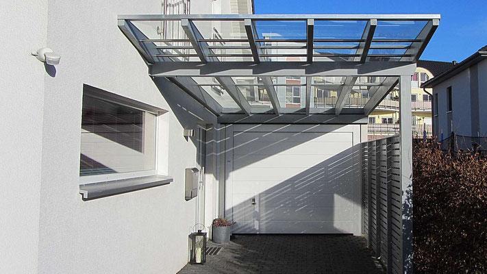 Beispiel Nr. GD15   Glasdachcarport VERONA exclusiv vor einer Garage in Braunschweig.