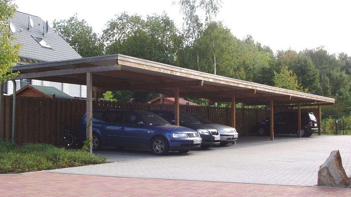 Beispiel Nr. SORC34   Reihencarport für 10 PKW in einer Wohnsiedlung in Mülheim-Ruhr. Die Reihenanlage erhielt eine Rückwand und eine Seitenwand RUSTIK S als Sichtschutz und Wetterschutz.
