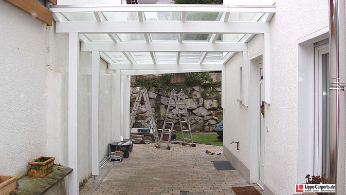 Beispiel Nr. GD29.2    Die weiß deckend ausgeführte Leimholz-Konstruktion der Überdachung bildet den verzugsfreien Unterbau für die Glaseindeckung.