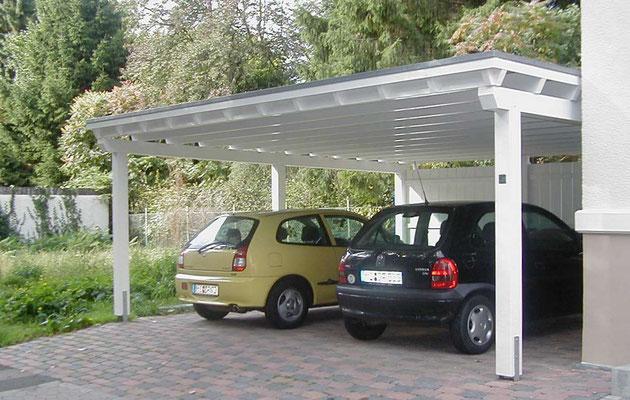 Beispiel-Nr. M-24   Freitragendes Doppelcarport Typ MÜNCHEN in weiß an einer modernisierten Altbau-Villa in Minden.i