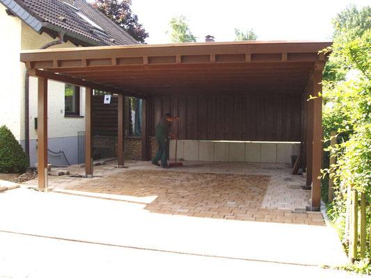 Beispiel-Nr. M-11   MÜNCHEN Doppelcarport im Farbton Nussbaum, passend zur Haustür des Wohnhauses  grundiert.