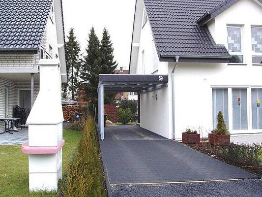 Beispiel-Nr. WA-4.2   Gesamtansicht KÖLN-Carport und Wohnhaus von der Straße aus. Die Farbgebung in RAL-grau passt gut zum Gesamtbild.