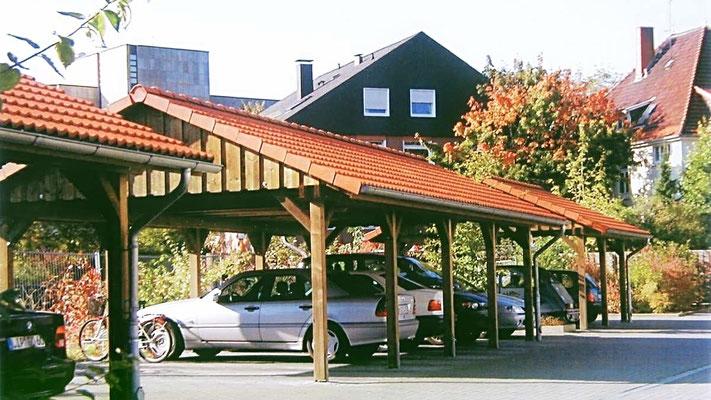 Beispiel Nr. SORC17   Reihencarports in der Innenstadt von Minden. Hier wurde von der Baubehörde eine Satteldachausführung mit Ziegeleindeckung gewünscht.