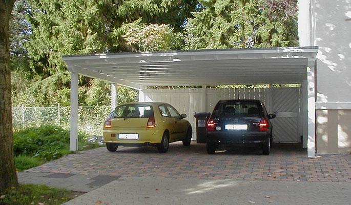 Beispiel-Nr. M-8   Doppelcarport MÜNCHEN nach Minden geliefert. Sonderblende mit Zierköfpen, Weißgrundierung und Rückwand mit Tür als Extras.