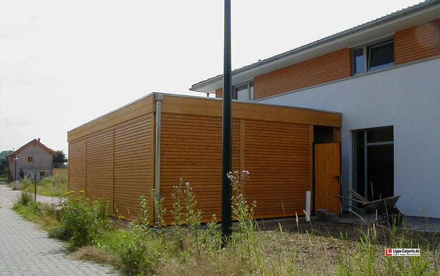 Beispiel-Nr. MGR-30.5    Ansicht der Doppelcarport-Anlage MÜNCHEN-GR mit zusätzlicher Gerätekammer-Tür von der Gartenseite.