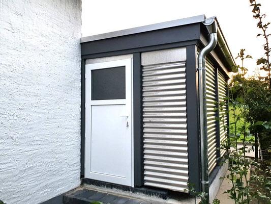 Beispiel-Nr. WA-26.2    Gut 2 Meter steht die Gerätekammer über die Hauswand hinaus. Hier mit Nebentür in Kunststoff-weiß