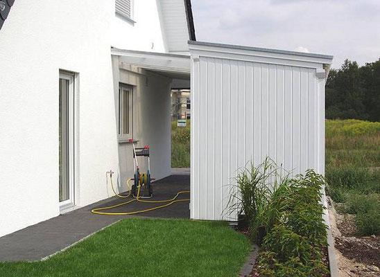 Beispiel-Nr. LDS-10.2   1/2 Gerätekammer bei diesem LANDSHUT-Schrägdach-Carport angebaut. So bleibt an der Hauswand ein Durchgang.