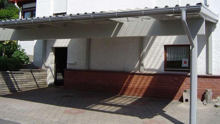 Beispiel Nr. SORC28.2   Über den Wohnhausfenstern wurde Lichtplatten im Carportdach eingebaut.