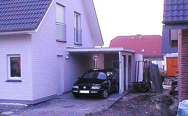 Beispiel-Nr. WA-24    KÖLN-Wandcarport an einem Einfamlienhaus angebaut. Weißgrundierung.