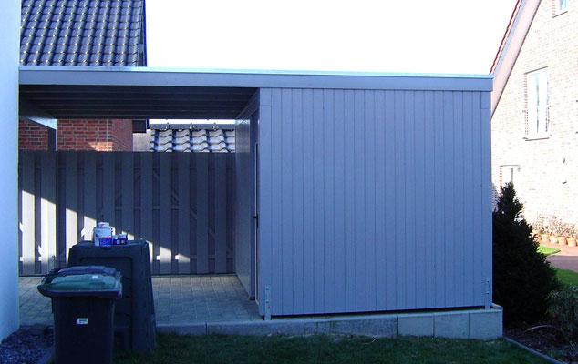 Beispiel-Nr. WA-23.2   Ansicht vom Garten auf die hintergebaute Gerätekammer. Wandbekleidung mit senkrechten N+F Softline-Profilbrettern.
