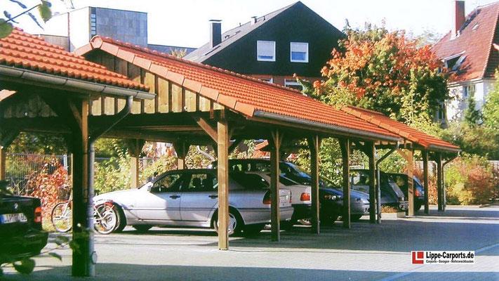 Beispiel Nr. SORC40    Satteldachcarportanlage an verschiedenen Bürogebäuden. Einfahrt unter der Traufe, die Frontpfosten sind 100cm zurückversetzt zum besseren ein- und ausfahren.