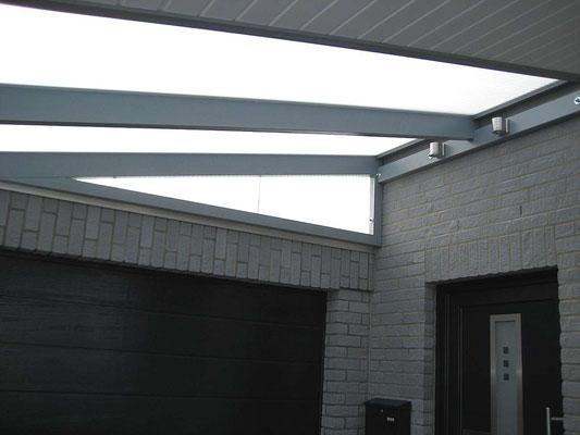 Beispiel-Nr. LDS-14.4   Als regendichter Abschluß über der Garage wurde ein Dreiecks-Festelement eingebaut.