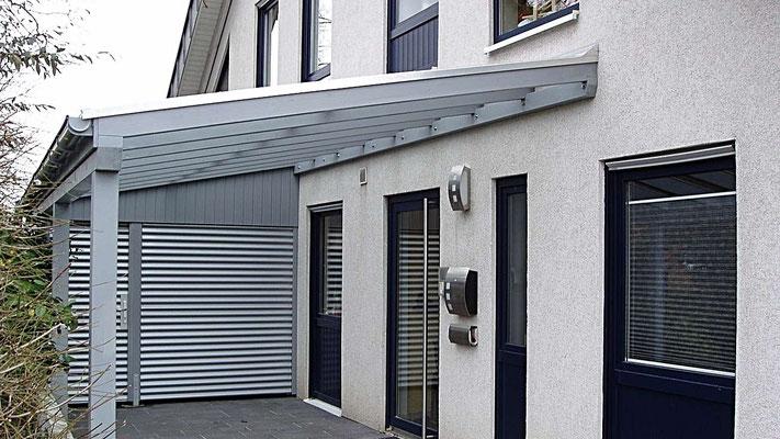 Beispiel Nr. GD14.2  Schrägdach-Carport mit Gerätekammer. Der Carportbereich erhielt eine Glaseindeckung, im Geräteraum wurde ein Holzdach montiert..2
