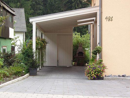 Beispiel-Nr. LDS-3   Landshut-Einzelcarport mit kleiner Gerätekammer und 2 Glasdach-Aufsätzen über den Fenstern