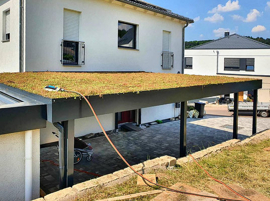 Beispiel-Nr. ST-A20    Großzügiges Stahl Doppelcarport mit Gründach an einem Neubau im Saarland