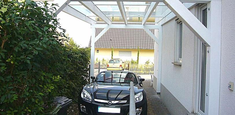 Beispiel Nr. GD23.2   Kaum Lichtverlust für mit überdachte Wohnhausfenster.  Deshalb entscheiden auch Sie sich für ein Glasdach-Carport von LIPPE-Carports.