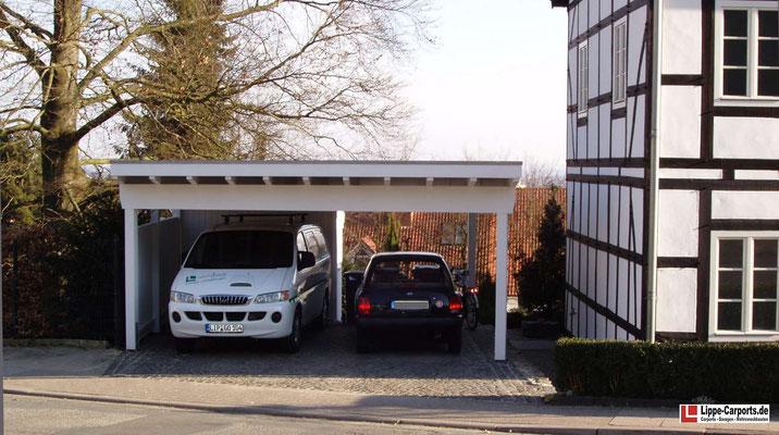 Beispiel-Nr. MGR-2   MÜNCHEN-GR Doppelcarport an einem unter Denkmalschutz stehenden Fachwerkhaus in Bielefeld. Die 2/3-Gerätekammer wurde als Stufendach hintergebaut.