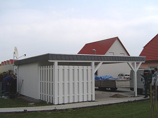 Beispiel-Nr. MGR-16.2    MÜNCHEN-GR Doppelcarport mit Abstellraum sowie teilweisen Sichtschutzwänden in Boden-Deckelschalung.
