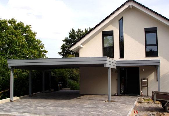 Beispiel-Nr. M-27    MÜNCHEN-Doppelcarport mit angeschlossener Hauseingangs-Überdachung. RAL-Grundierung.